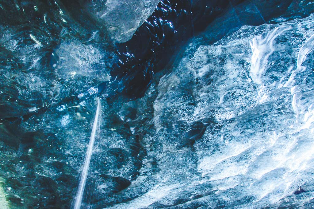 瓦特纳蓝冰洞顶端倾泻而下的冰川瀑布