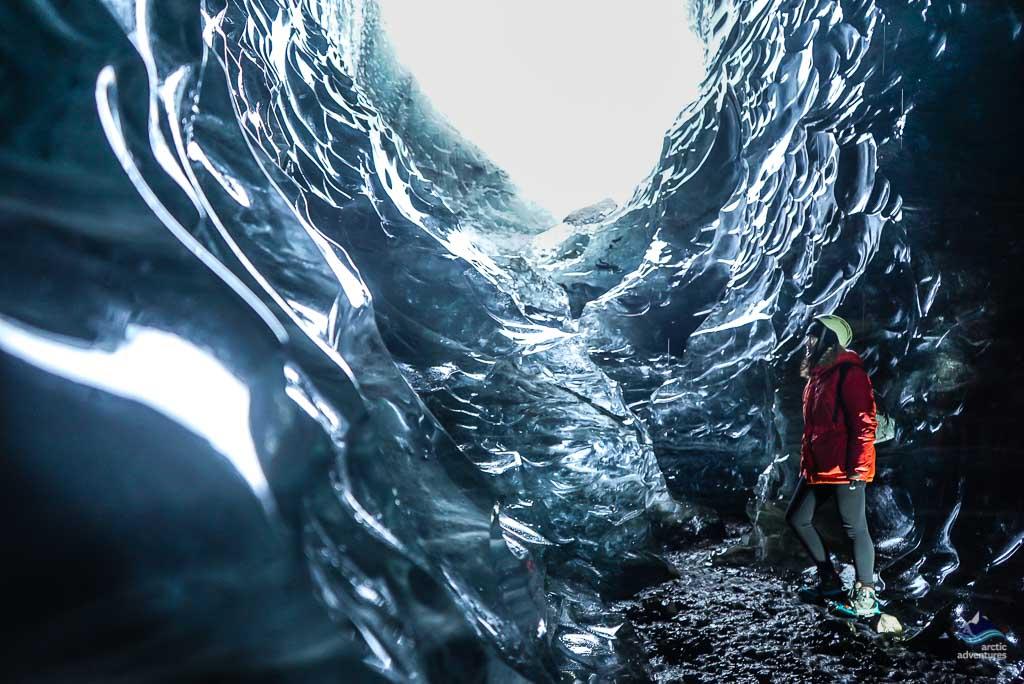 瓦特纳冰川蓝冰洞导游带团走入冰洞口