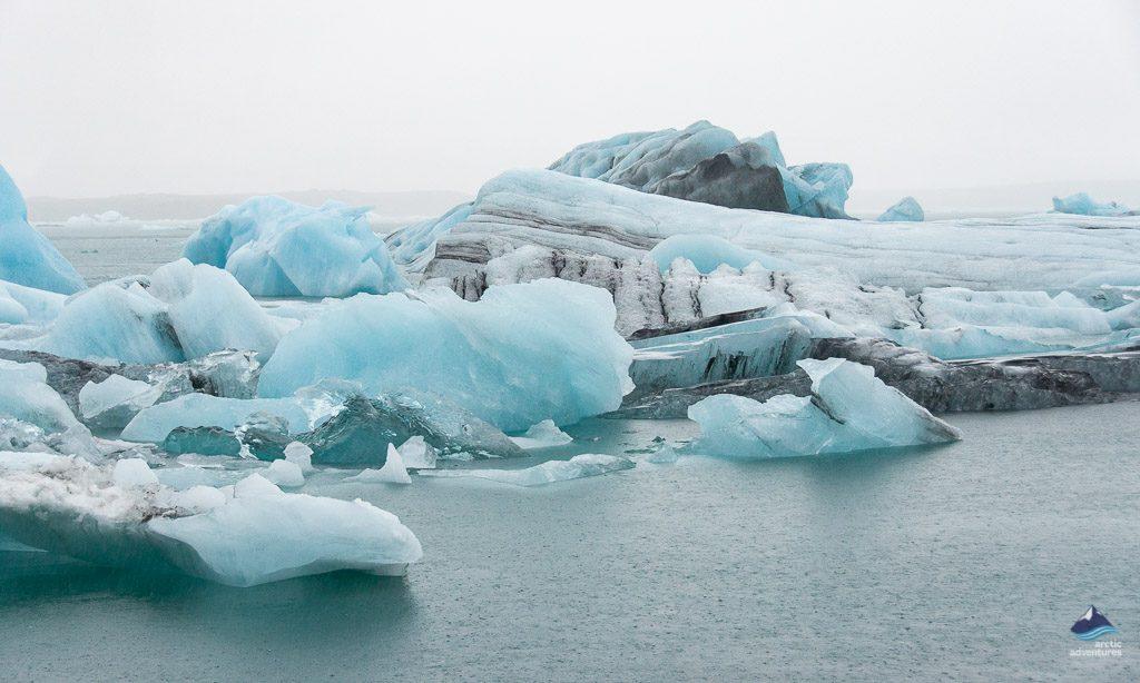 杰古沙龙冰湖漂浮着的浮冰