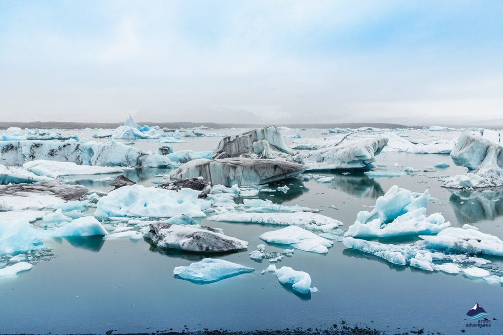 ice bergs floating on jokulsarlon glacier lagoon