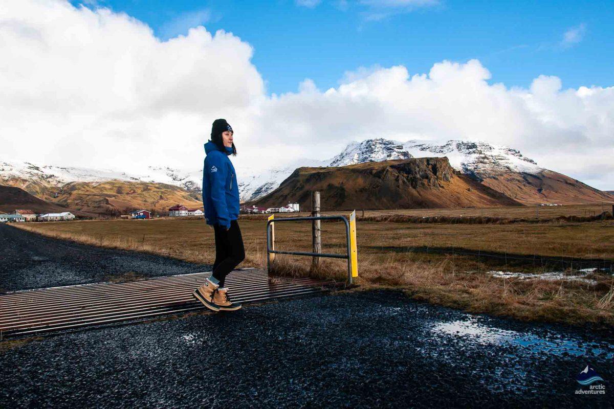 站在艾雅法拉火山前凝视远方