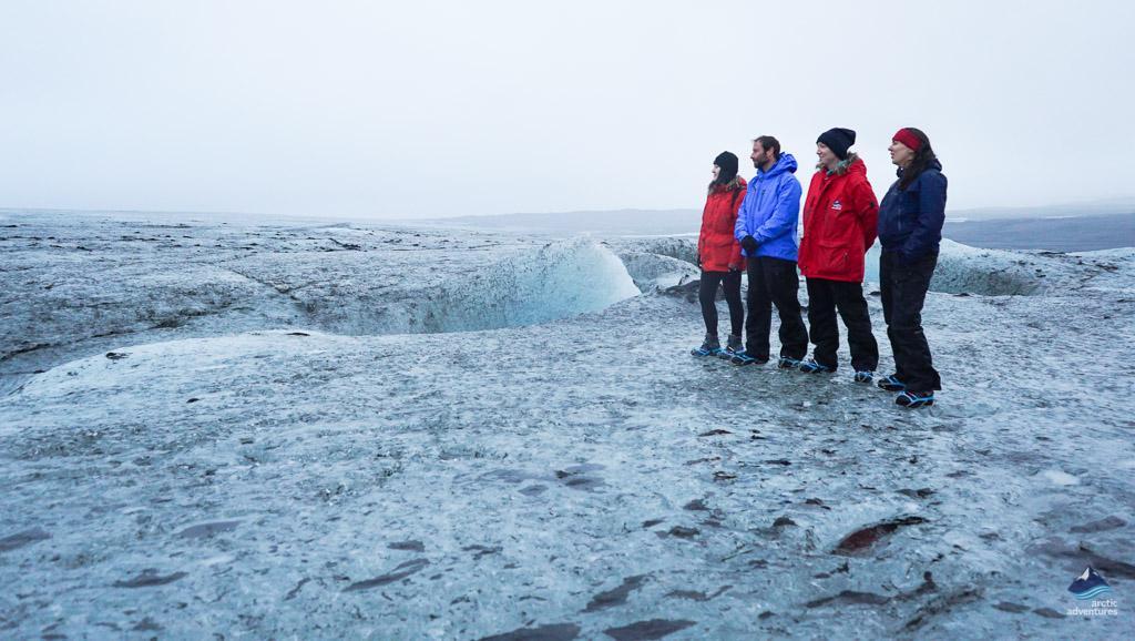 跟着Arctic Adventures冰川导游冰川徒步