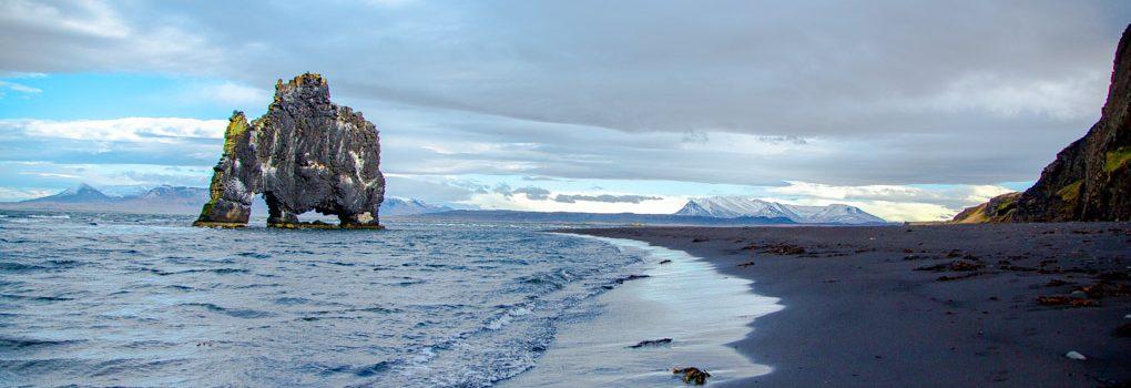 冰岛北部犀牛石黑沙滩倒影