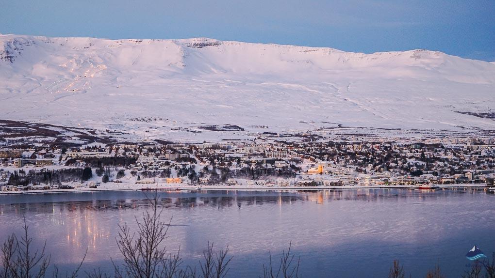 冬季的阿克雷里白雪皑皑