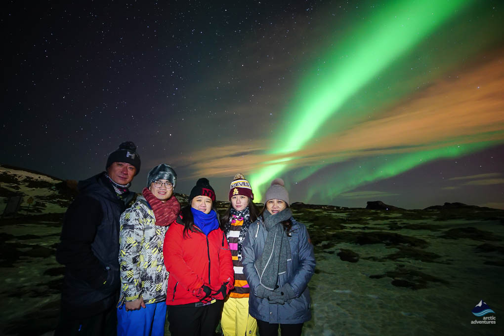 北极光下的一家人