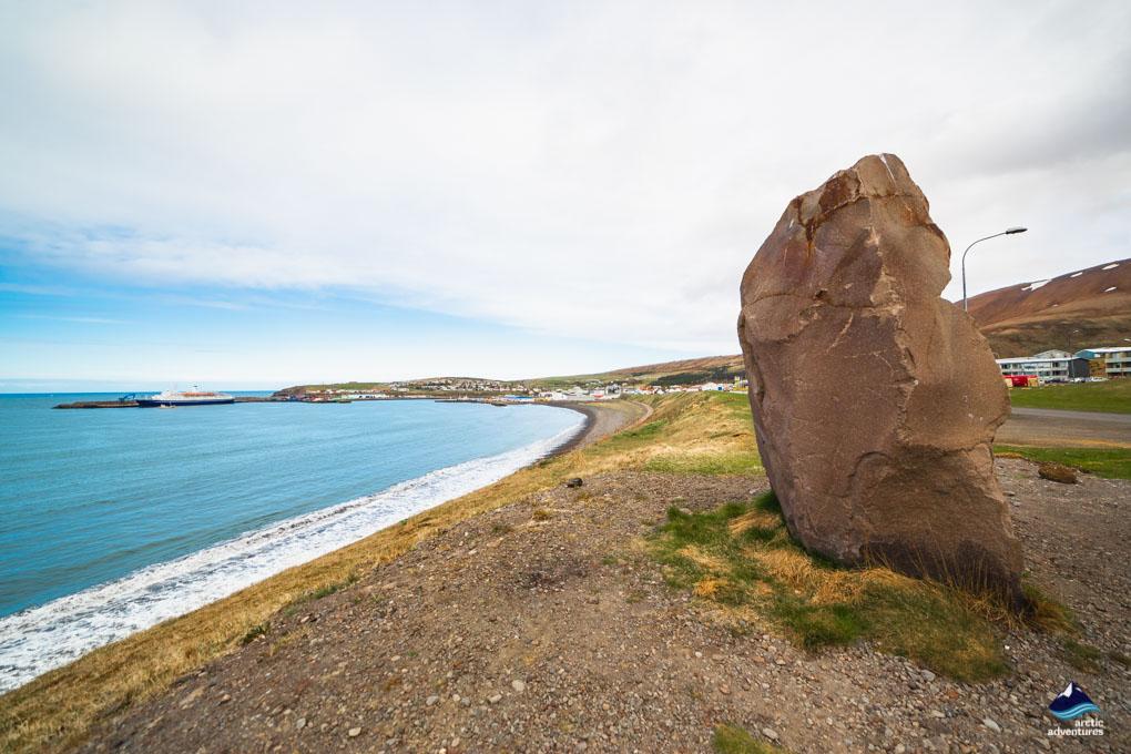 海岸线旁边的石柱