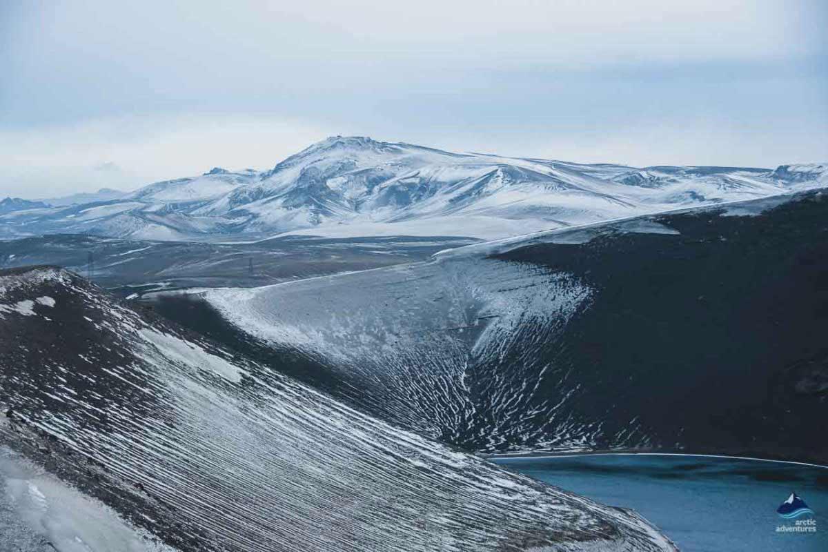 银灰色的火山口湖