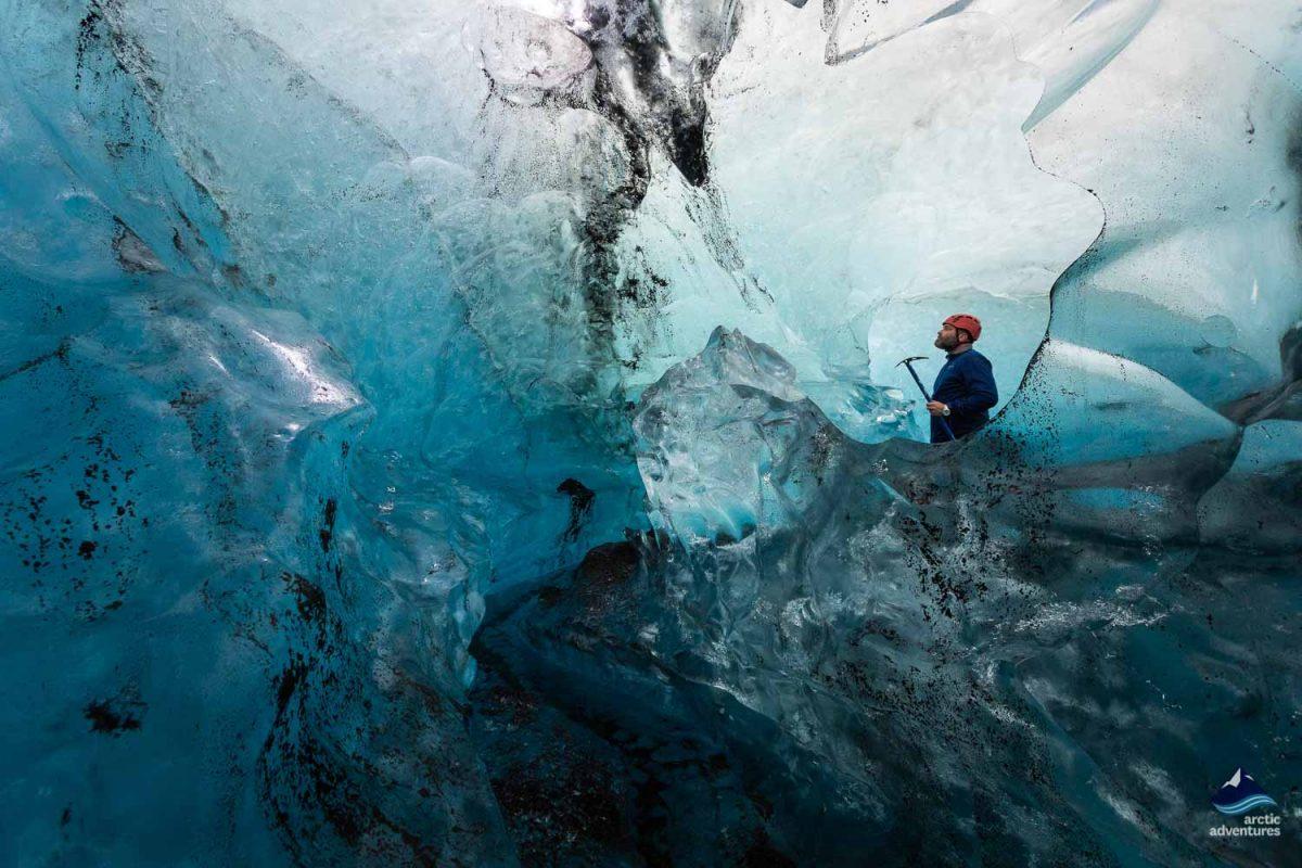 专业导游带领蓝冰洞