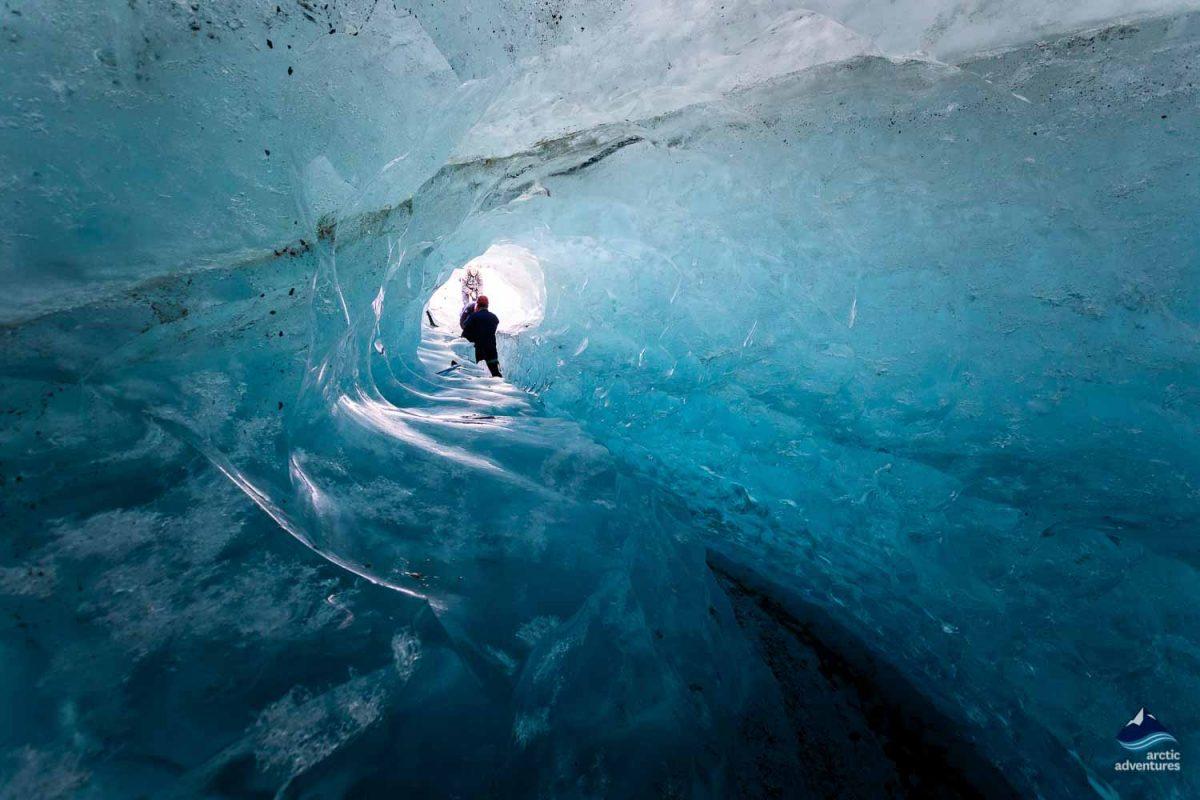 导游带领游览蓝冰洞